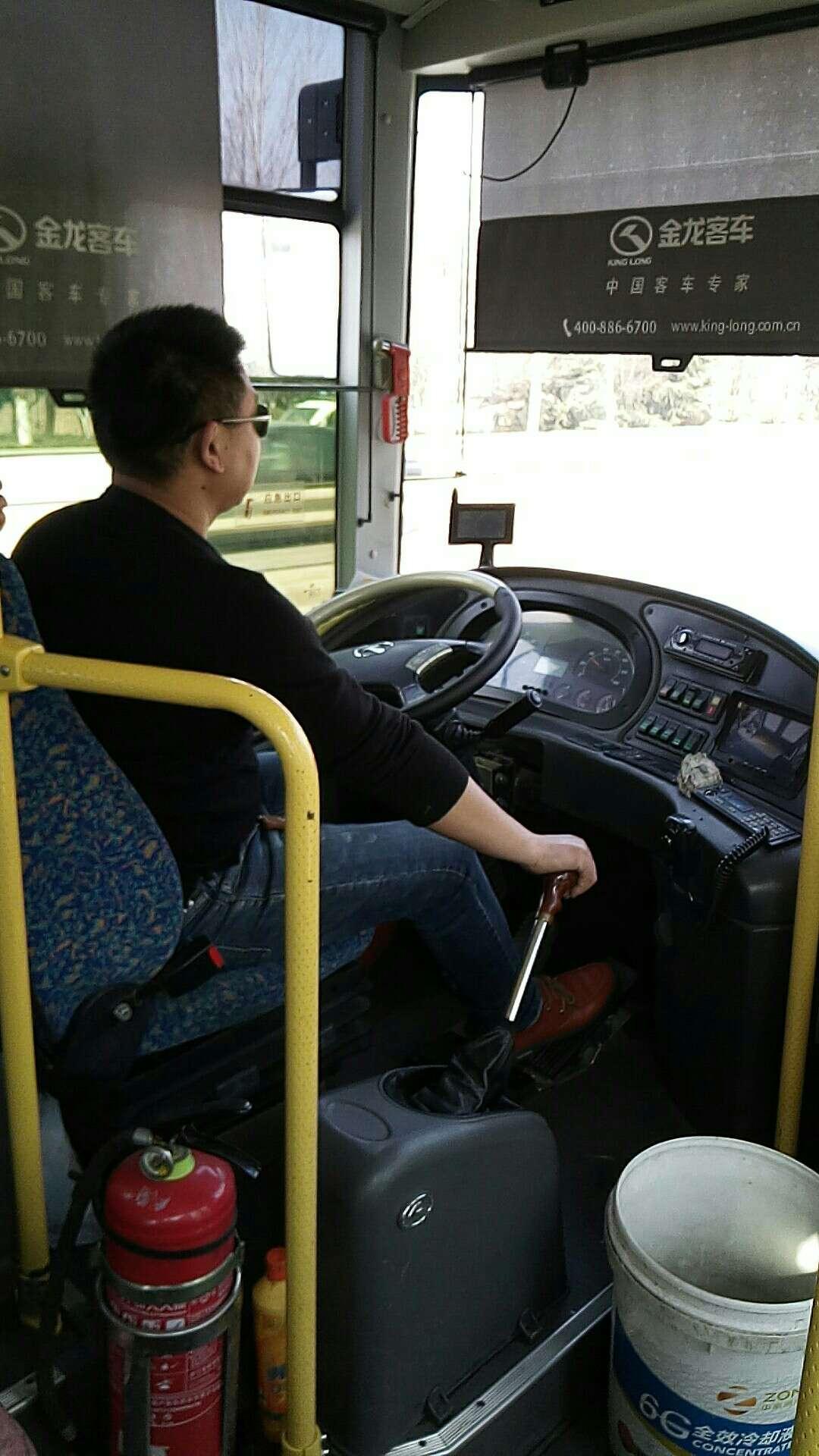 这名司机名字叫赵二,2017年2月18我从沛县二中站台坐车去大屯,拦的九路公交车,我带着一个一岁多的孩子推了一辆宝宝车,上了车司机对我吼:人可以上来,车不能上,赶紧下去,态度非常恶劣,我说车不能上,那我把宝宝车放哪去,也不能放大路上吧,他说那你等下一班吧。我说我带个孩子已经等车等了很久了,让我上下班车为什么这班车不能上,最后让我加五元钱才能上,我带个孩子也不想跟他理论,我投了五元。
