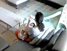 视频:妈妈气炸了!保姆偷喝女主人母乳,喝前还看了监控一眼